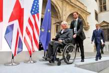 epa04773671 German Minister of Finance Wolfgang Schaeuble (L) and Jens Weidmann (R), President of the Deutsche Bundesbank, arrive to a press conference on the closing of the meeting of finance ministers and central bank leaders from the G7 countries in Dresden,Germany, 29 May 2015. The finance ministers and central bank governors of the seven leading western industrial states (G7) gathered earlier in the Saxon capital.  EPA/JAN WOITAS