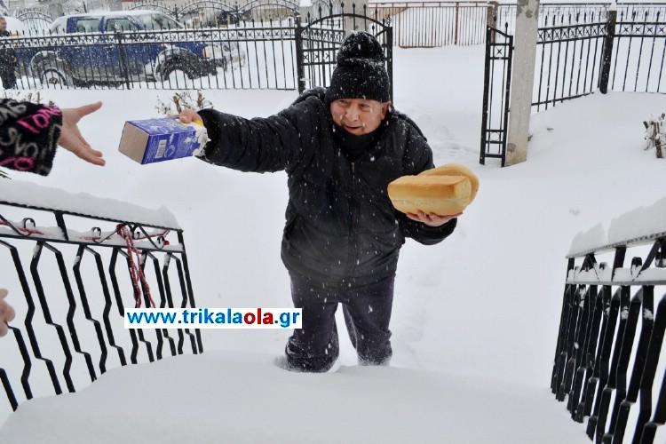 φούρναρης διανέμει ψωμί γάλα με 40 πόντους χιόνι