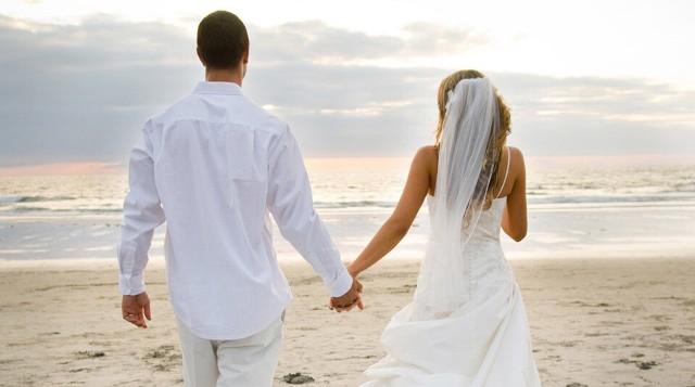 Ζευγάρι ψάχνει γυμvούς σερβιτόρους για τον γάμο του!