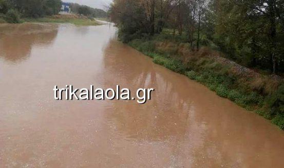 Κατεβάζει μεγάλες ποσότητες νερού ο Πηνειός: Φόβοι για την νέα γέφυρα στα Τρίκαλα....